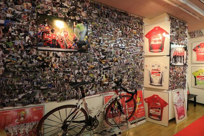 壁面にはブリッツェンの活動写真がびっしり貼られる