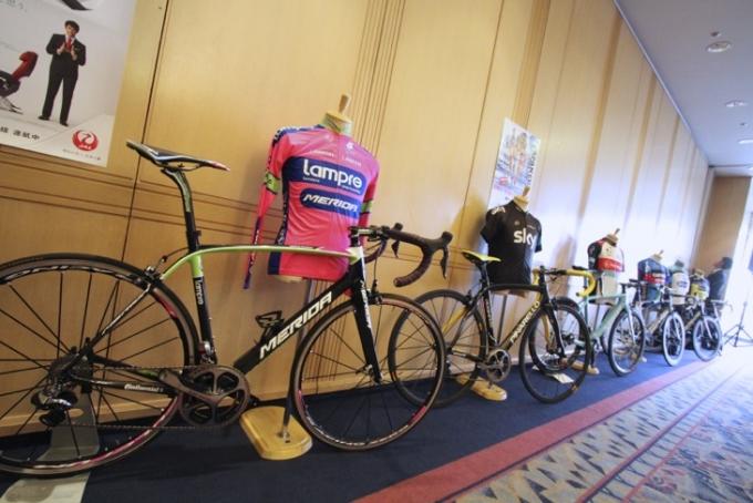 会場にズラリと並べられた出場チームのバイクとチームウェア