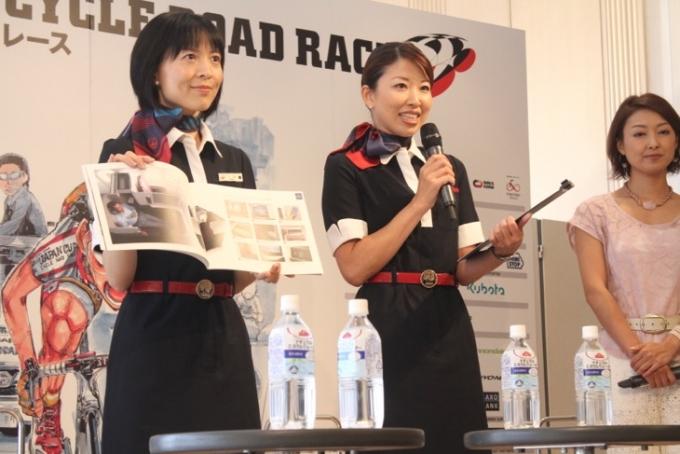 JALキャビンアテンダントがジャパンカップ特別キャンペーンを紹介
