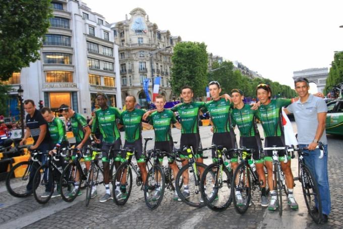 ツールのシャンゼリゼパレードで凱旋門前に並ぶ新城幸也とユーロップカーのチームメイト達