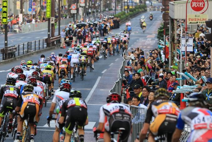 詰めかけた観客の前を駆け抜ける大集団