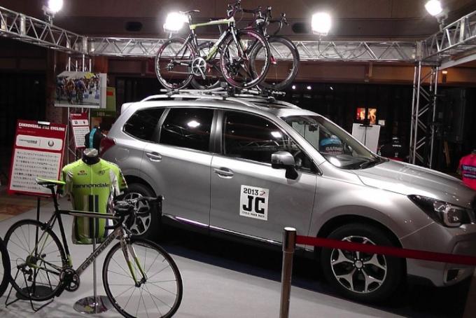 スバルの新型フォレスターと共に、UCIプロ7チームのジャージとバイクが展示される