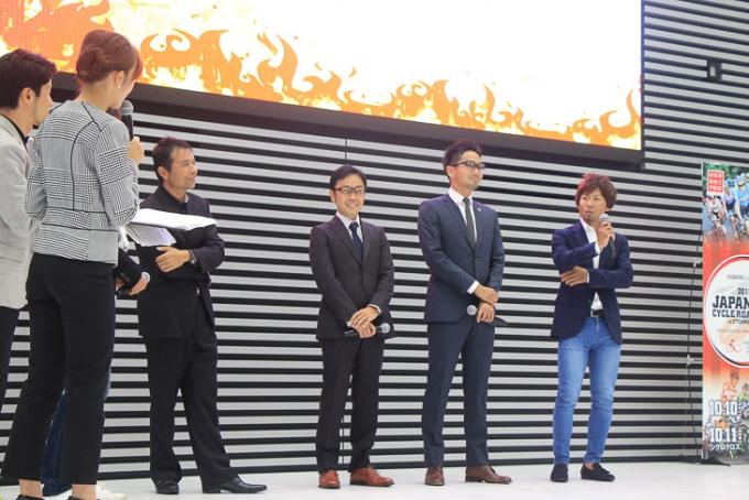 3人の国内チーム監督、土井雪広選手によるトークショー