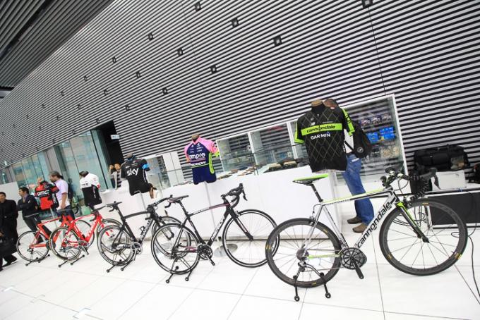 UCIワールドツアー出場5チームのジャージとバイクが陳列された